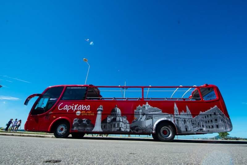 Ônibus panorâmico de turismo faz teste em Vitória e começa a circular no feriadão