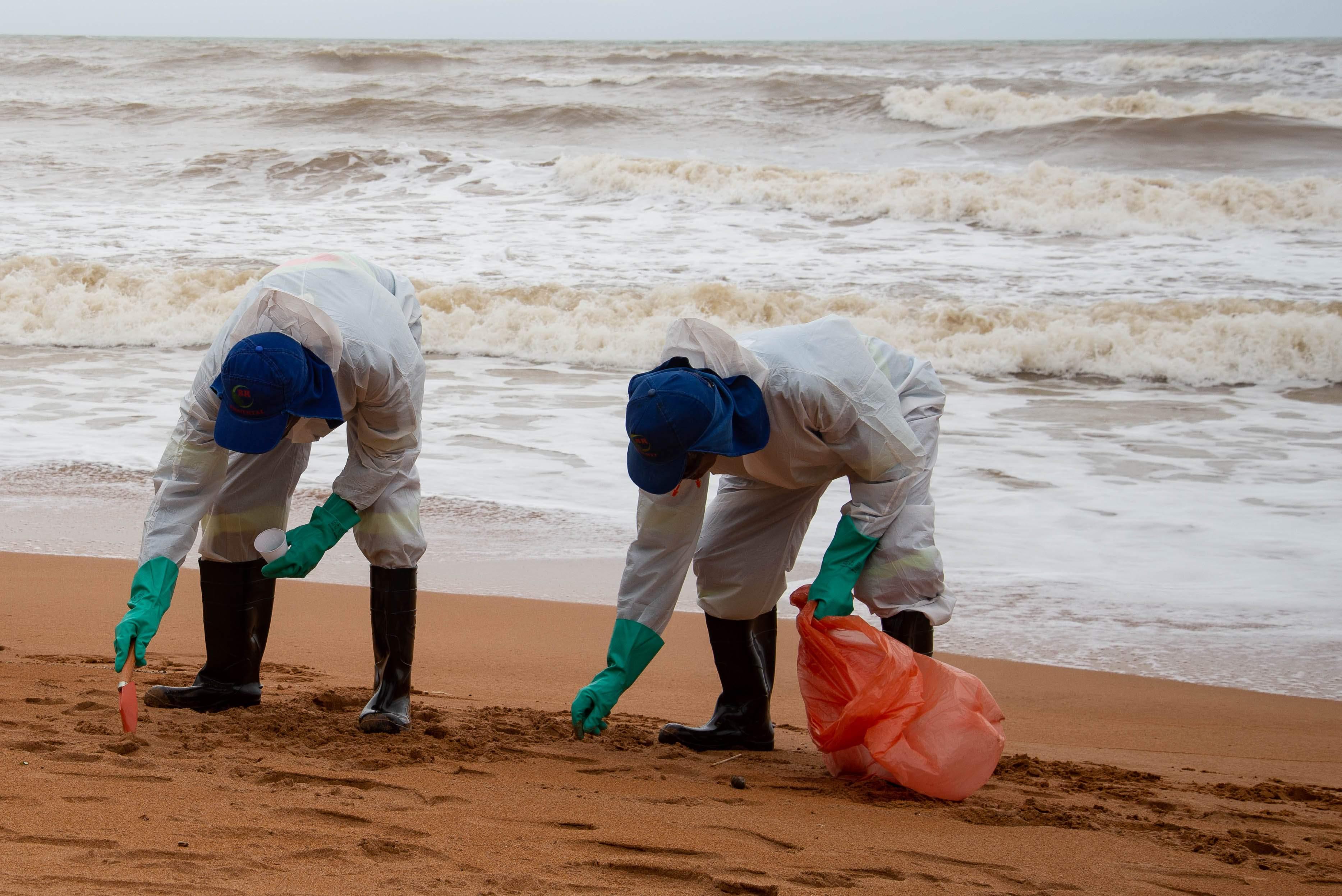 Chegada do óleo é monitorada nas praias da Serra. Saiba como proceder caso encontre vestígios - Folha Vitória