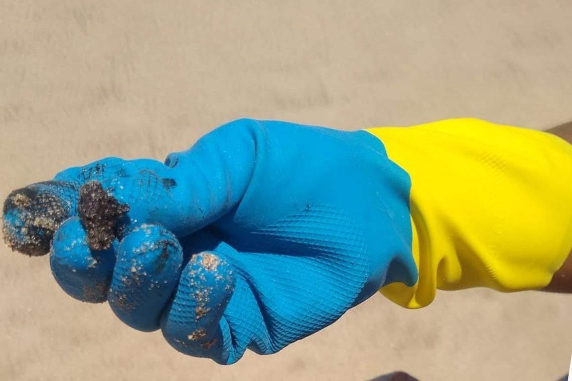 Manchas de óleo: equipes realizam limpeza nas praias de Linhares - Jornal Folha Vitória