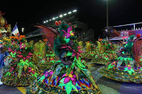 Paulo Academicos. Foto do site da Folha Vitória que mostra Acadêmicos do Tatuapé é bicampeã do Carnaval de São Paulo