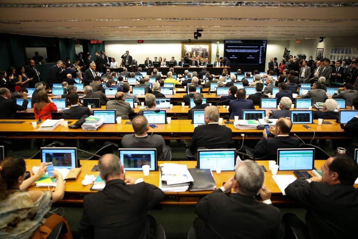 Resultado de imagem para Prefeitos defendem adiamento de eleições e votação única