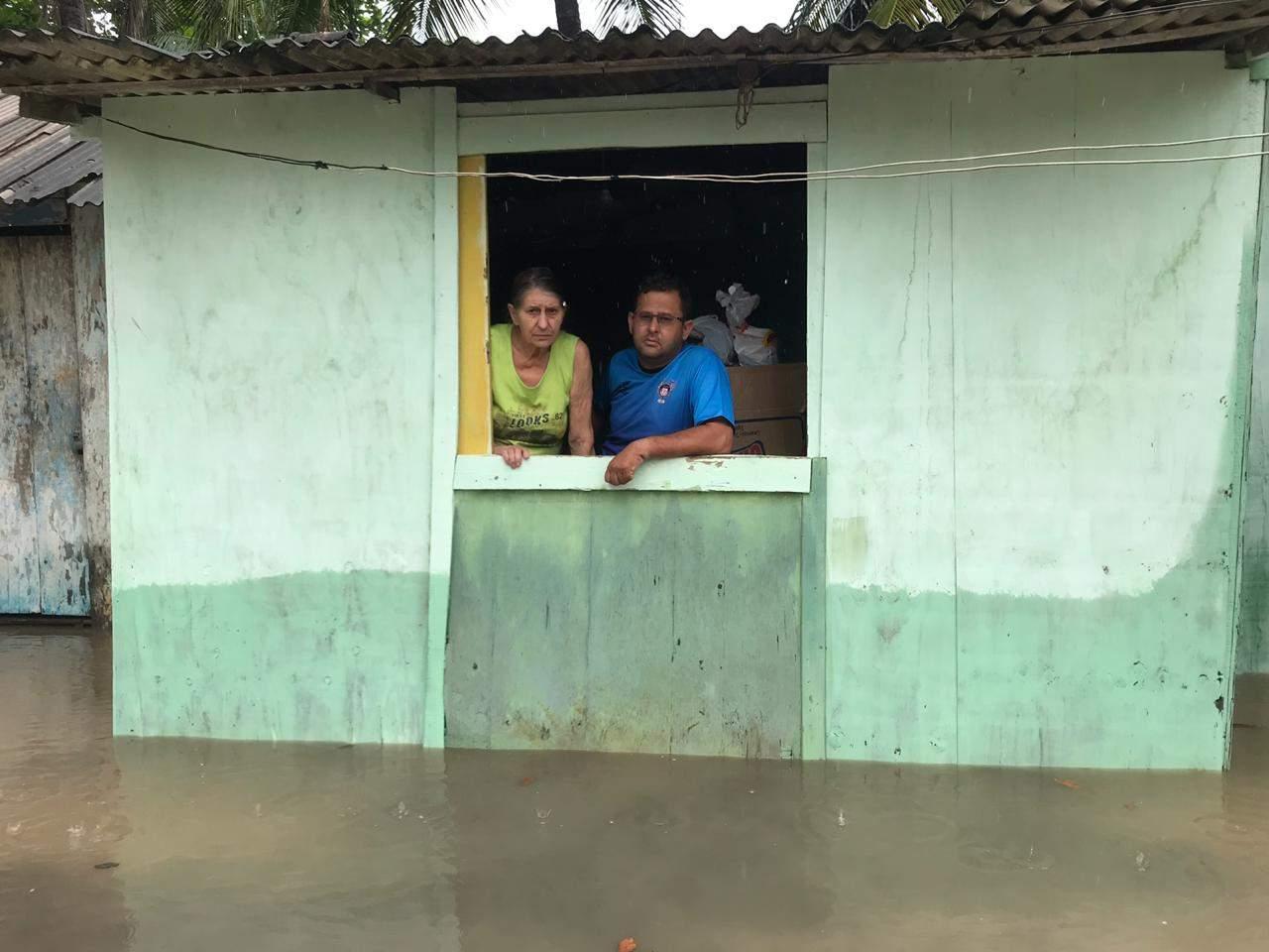 'Fazer o que? Não tem para onde ir', desabafa moradora de Cariacica sobre alagamentos - Jornal Folha Vitória
