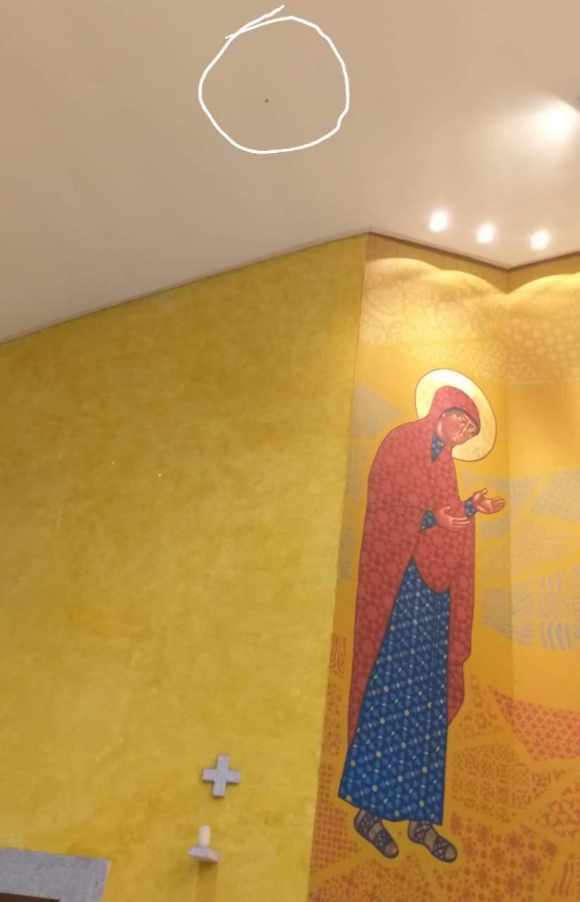 VÍDEO: Bala perfura teto de igreja e cai aos pés do padre durante celebração de missa em Vitória 23