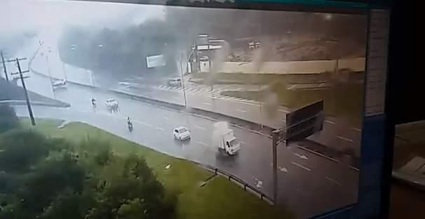 Câmera flagra momento em que carro capota em rodovia de Vila Velha