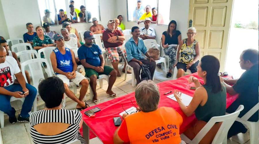 Pescadores de Vila Velha recebem orientação sobre chegada do óleo - Jornal Folha Vitória