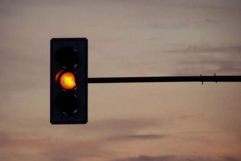 Câmara de Guarapari aprova lei para motoristas passarem em sinal vermelho sem multa na cidade