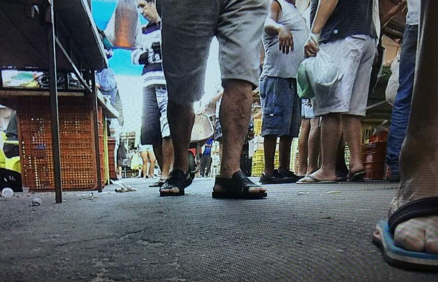 Homem é morto a tiros na Feira de Aribiri, que funciona com o corpo no chão por quase 3 horas - Jornal Folha Vitória