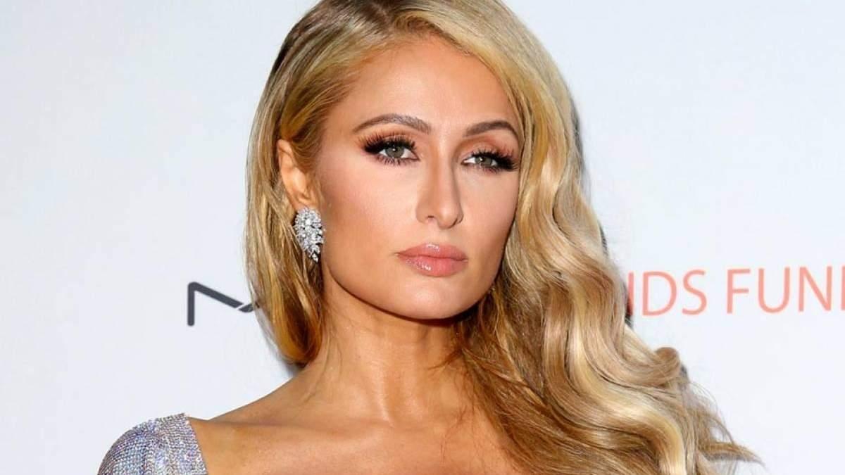 c787282a1 Paris Hilton é um dos maiores ícones de estilo do começo dos anos 2000 -  época em que as pessoas saiam de casa usando conjuntos de plush, calças de  cintura ...