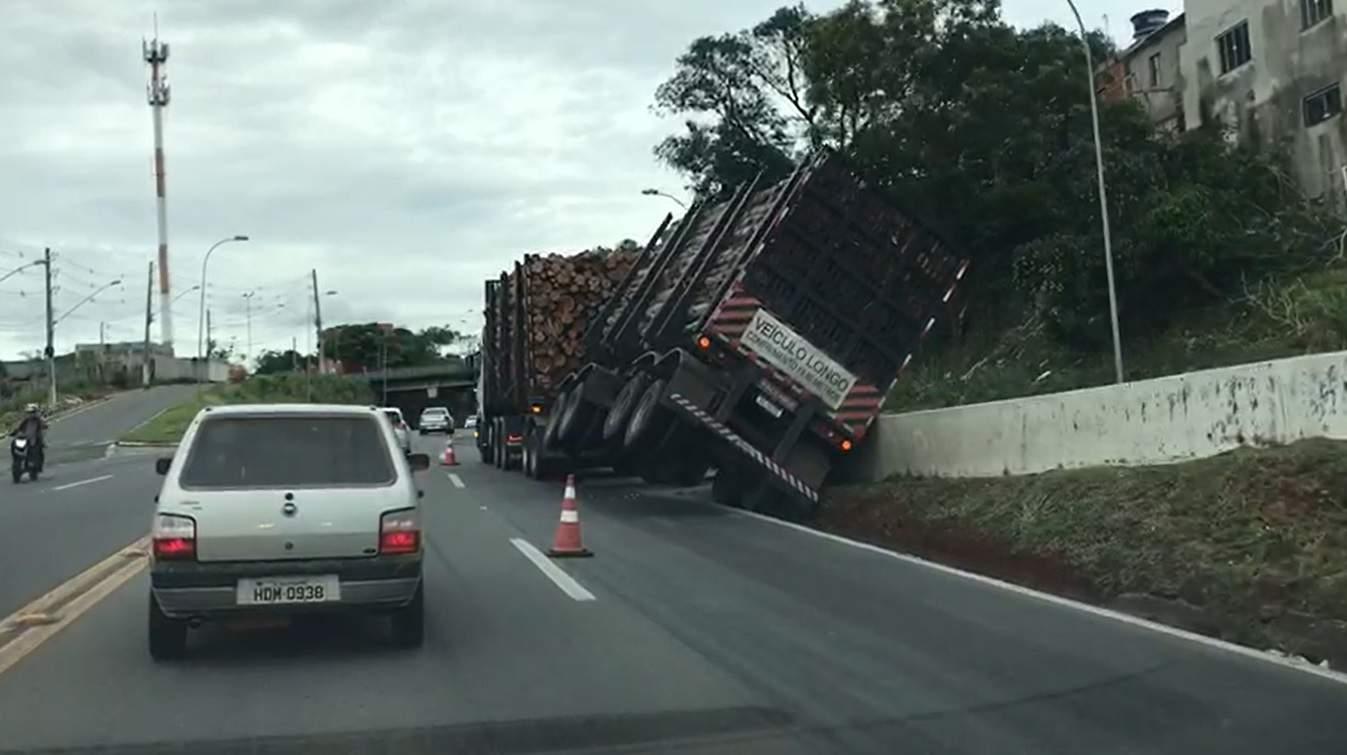 VÍDEO | Caminhão carregado com eucalipto tomba em Campinho da Serra - Jornal Folha Vitória