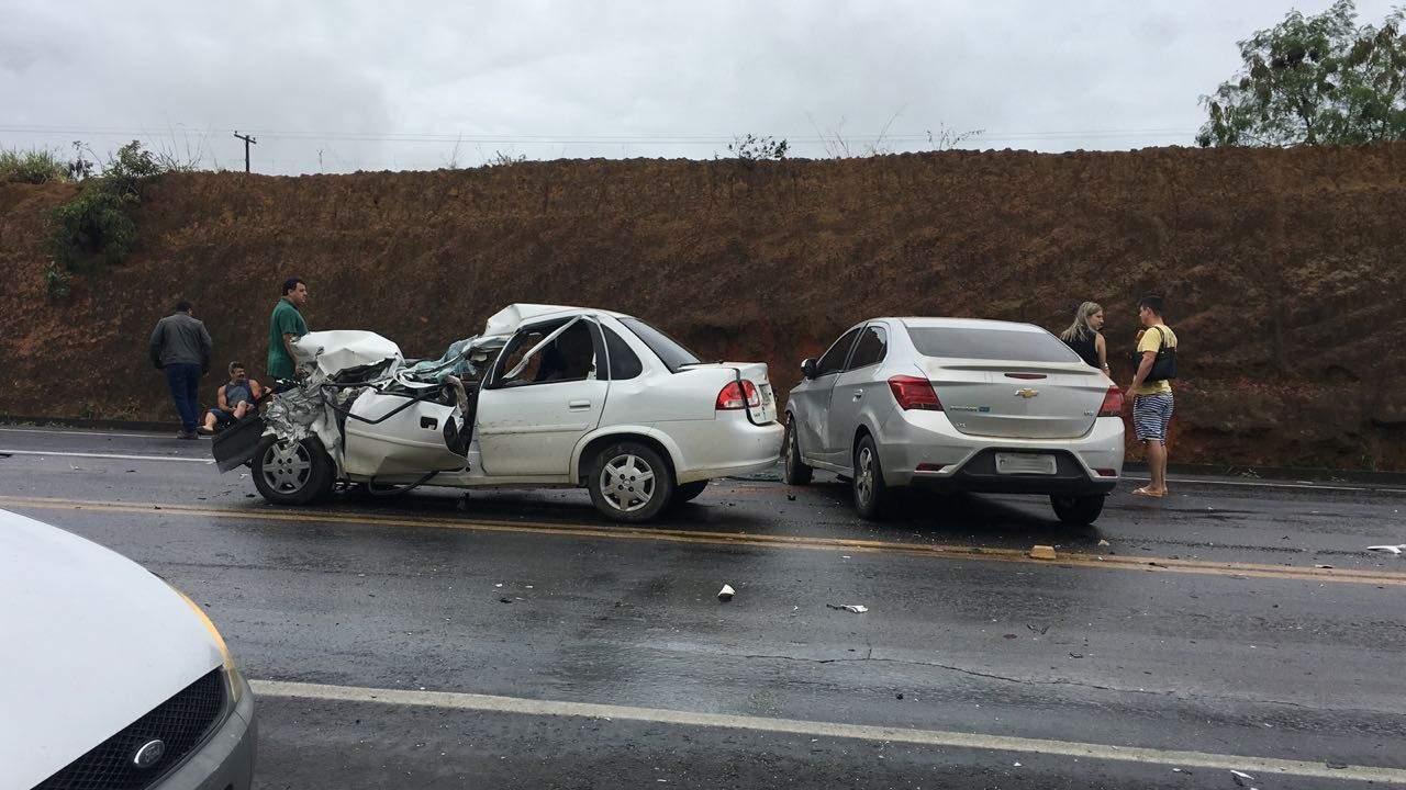 Grave acidente entre caminhão e carros de passeio deixa uma pessoa morta na BR 101, em Fundão