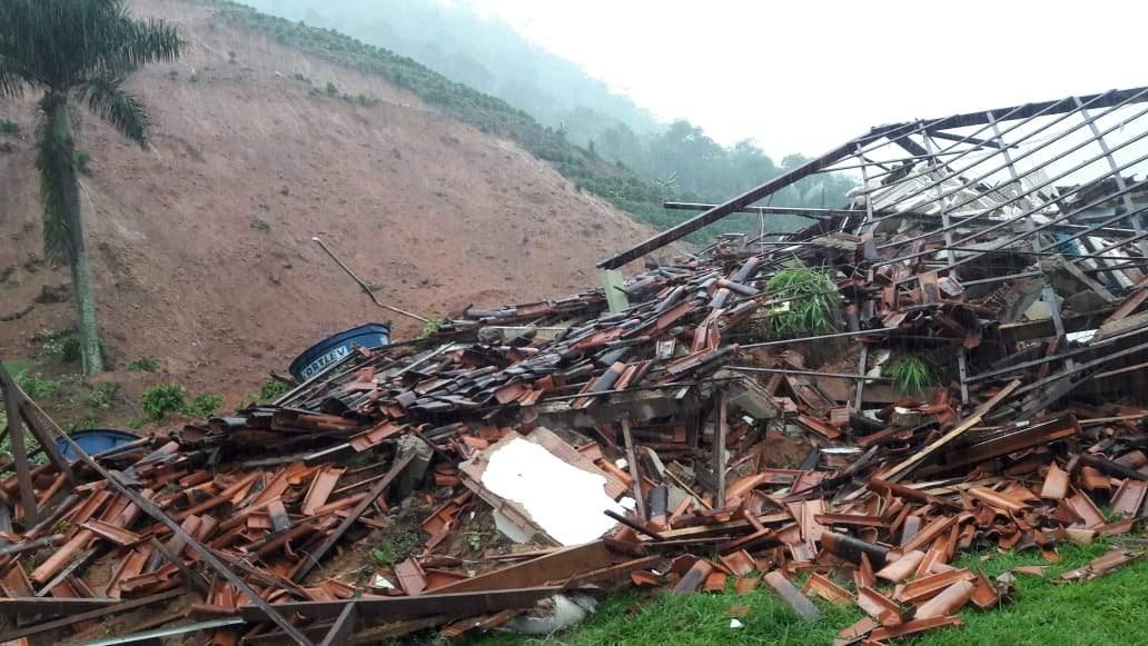 Homem morre soterrado após deslizamento em Santa Leopoldina; três foram resgatados com vida - Jornal Folha Vitória