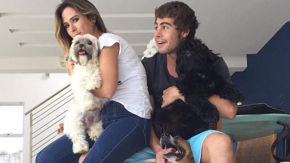 Viaja. Foto do site da Folha Vitória que mostra Tatá Werneck desmente boato de que teria terminado noivado com Rafael Vitti: Não viaja!