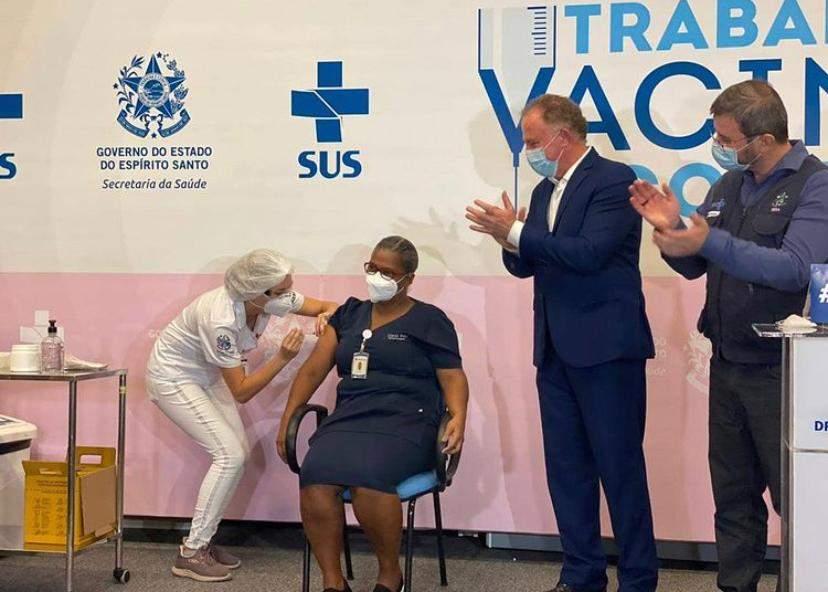 Não tenham medo', diz primeira capixaba a receber dose da vacina contra o coronavírus