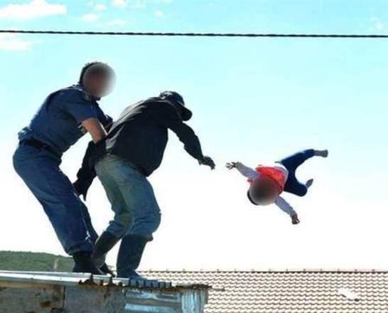 CHOCANTE! Homem joga filha de seis meses de telhado em protesto contra governo