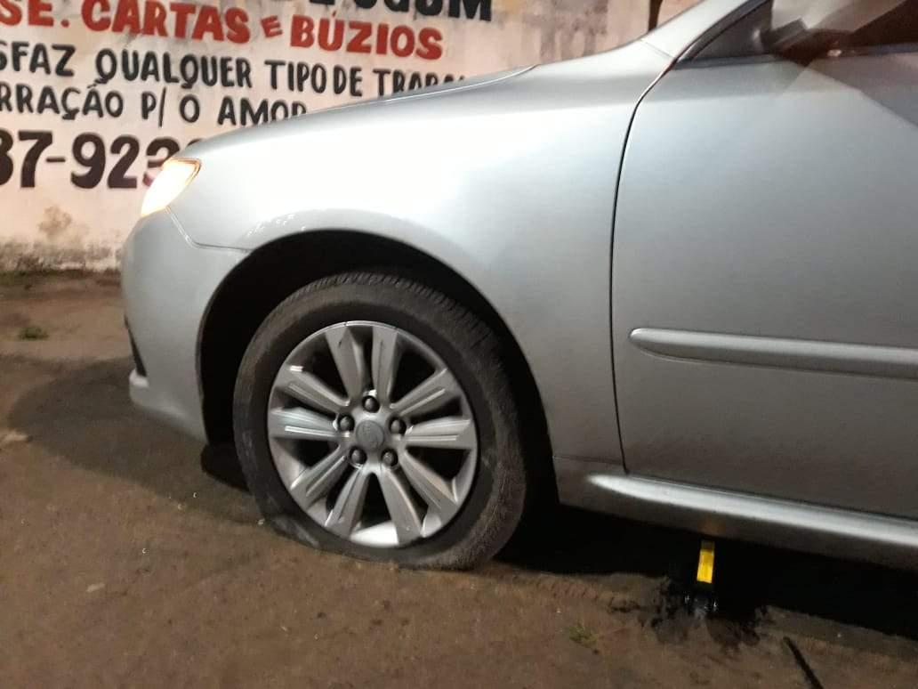 Buraco na Avenida Norte Sul deixa oito carros com pneus furados em Vitória