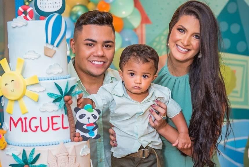 Felipe Araújo desembarca em Vitória para aniversário de 1 ano do filho