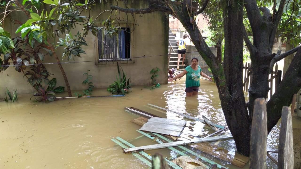 Rio Formate transborda e bairro de Cariacica fica completamente debaixo d'água - Jornal Folha Vitória